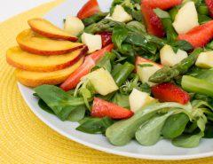 Polníčkový salát s chřestem a ovocem-1