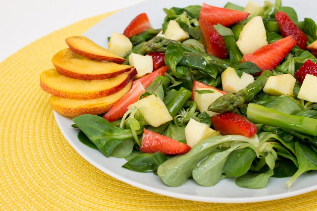 Polníčkový salát s chřestem a ovocem-3