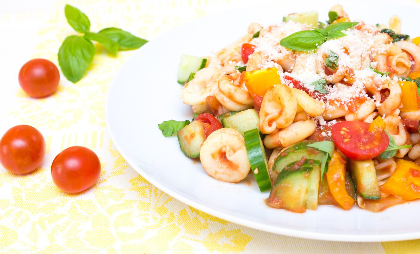 Těstoviny s rajčatovou omáčkou a zeleninou-7