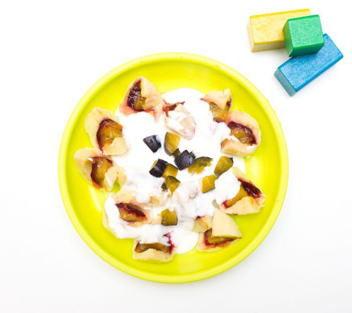 svestkove-knedliky-s-jogurtovym-prelivem