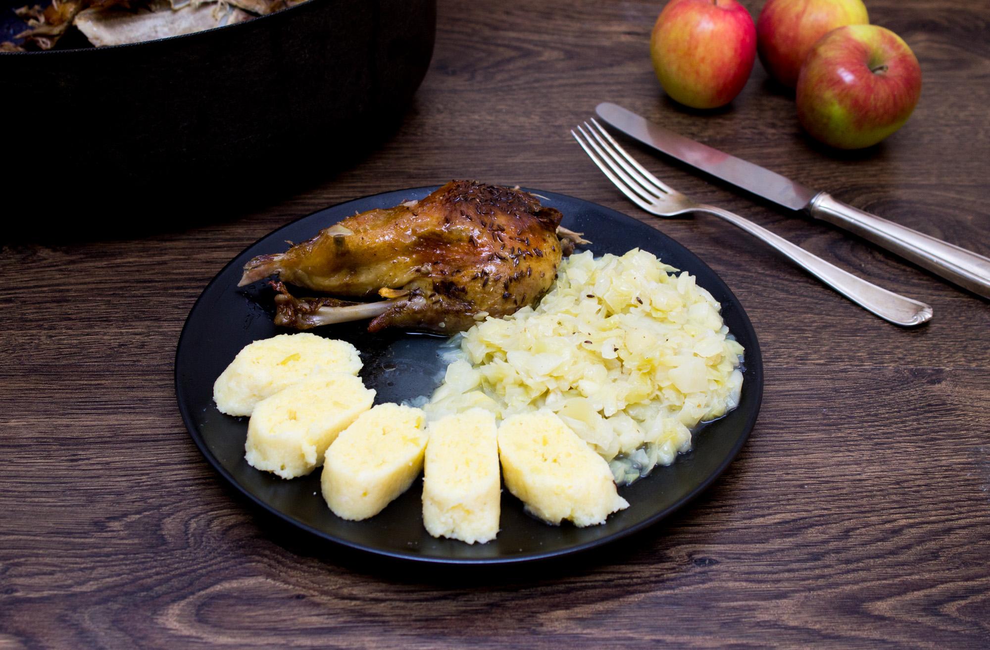 pecena-kachna-se-zelim-a-bramborovym-knedlikem-1